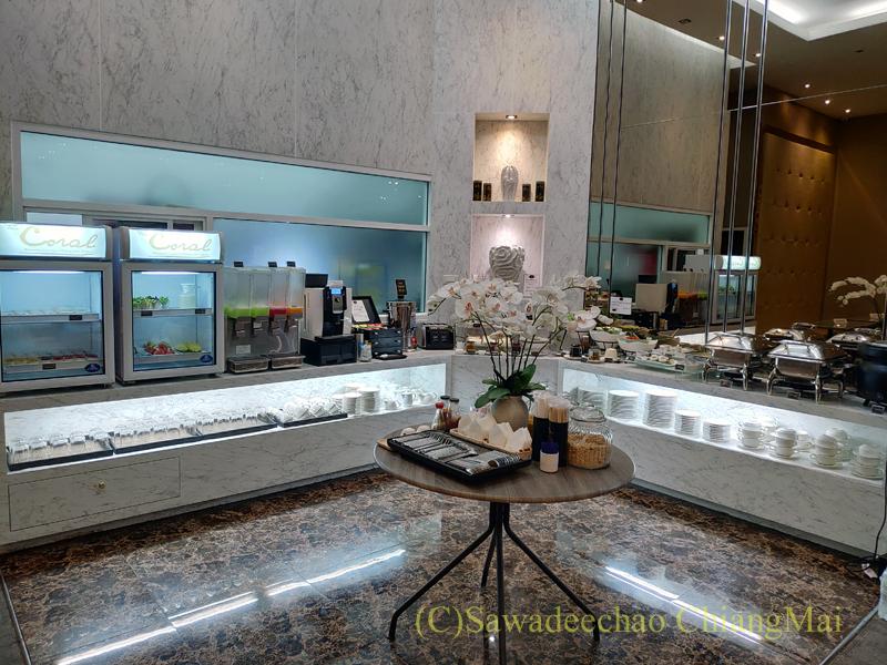 チェンマイ空港のコーラルラウンジの飲食物コーナー概観