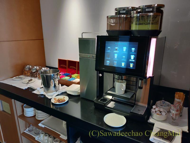 成田空港のキャセイパシフィック航空ラウンジの飲み物コーナー