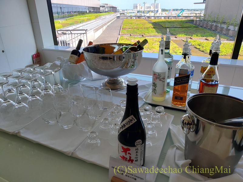 成田空港のキャセイパシフィック航空ラウンジの酒コーナー