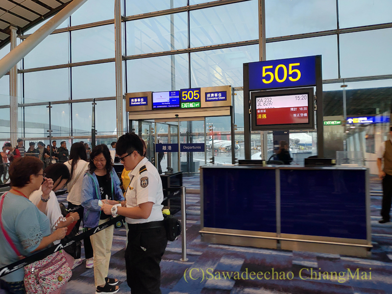 香港空港のキャセイドラゴン航空KA232便搭乗風景