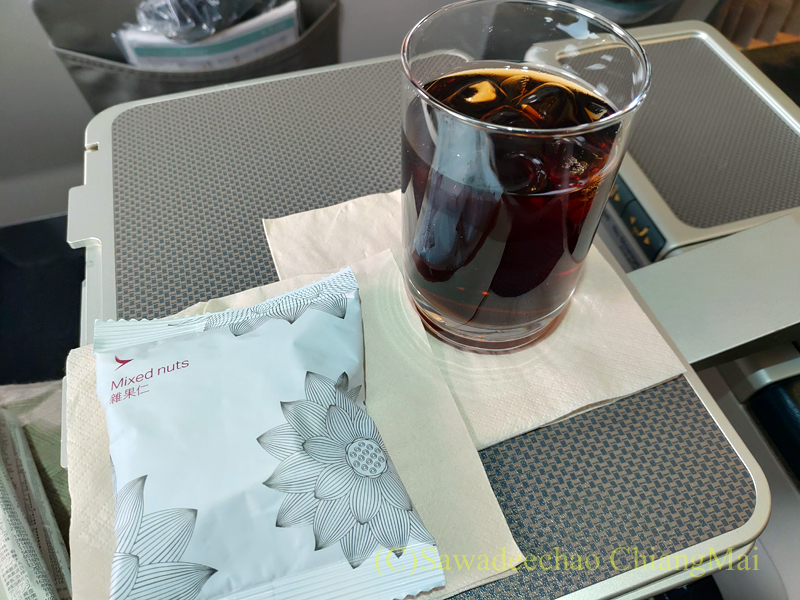 キャセイドラゴン航空KA232便のビジネスクラスで出たドリンクとおつまみ