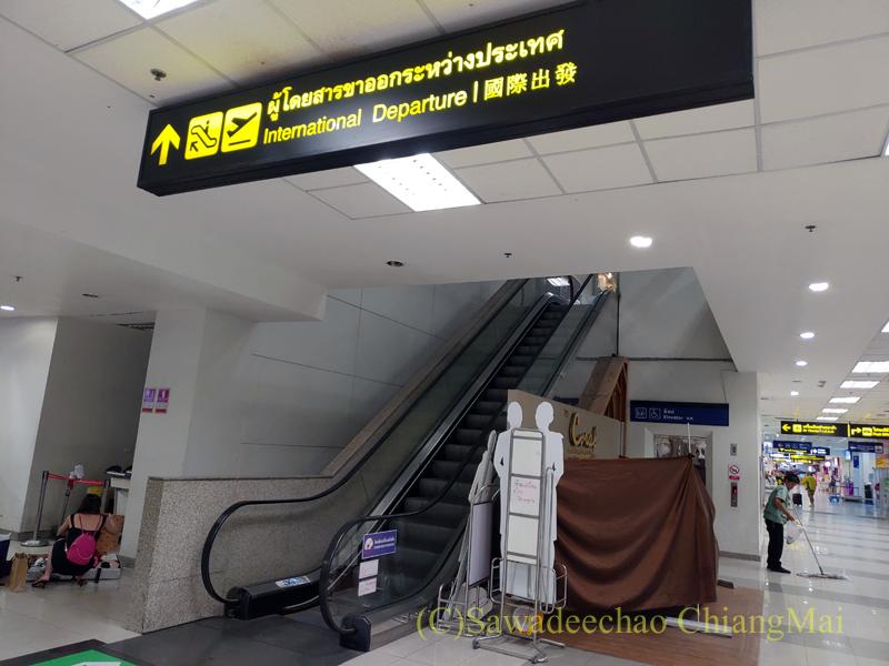チェンマイ空港の国際線出発フロアに向かうエスカレーター