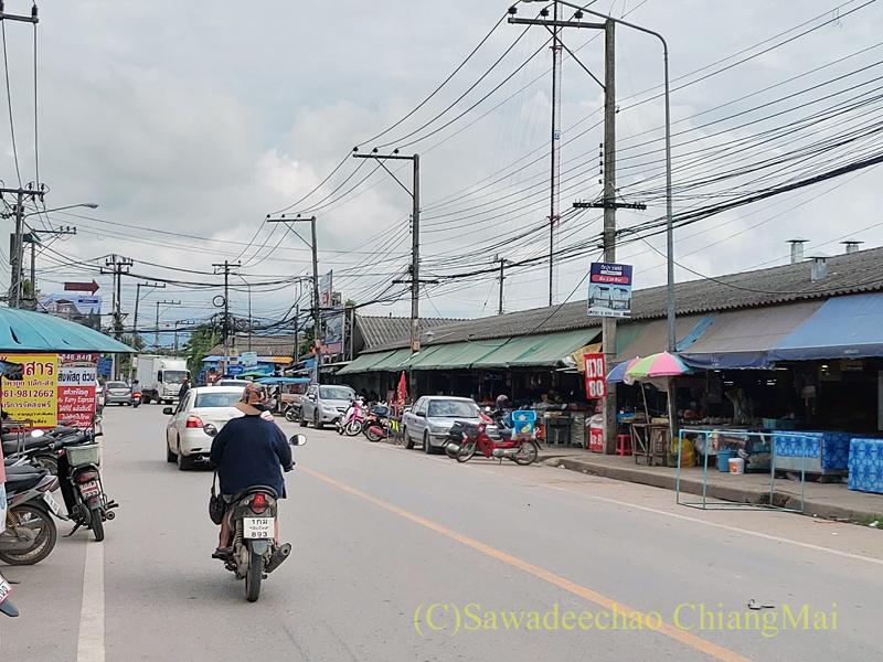 チェンマイ郊外のサンサーイの市場