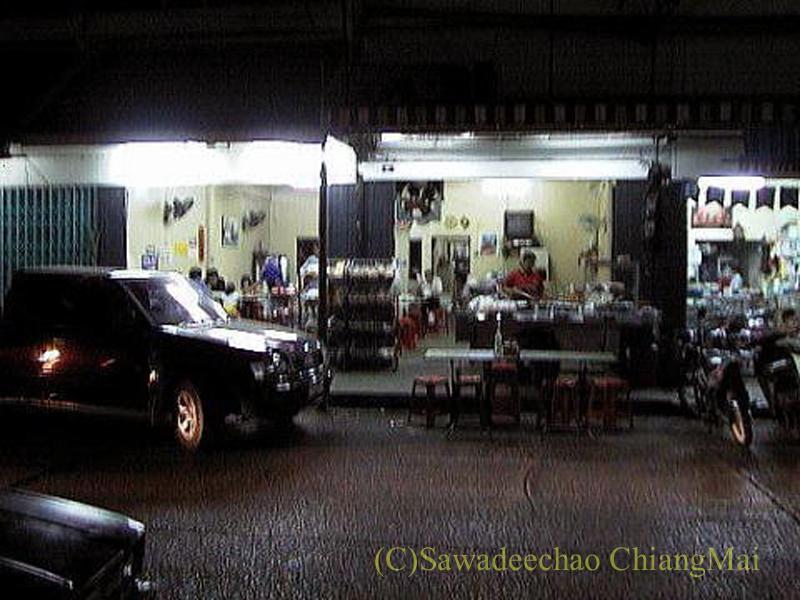 チェンマイのチャンモーイ通りにある店名のないお粥屋の外観