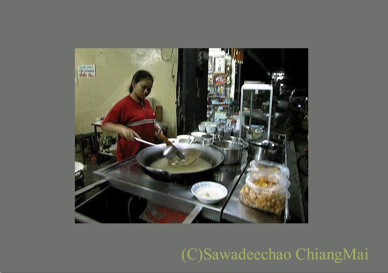 チェンマイのチャンモーイ通りにある店名のないお粥屋のキッチン