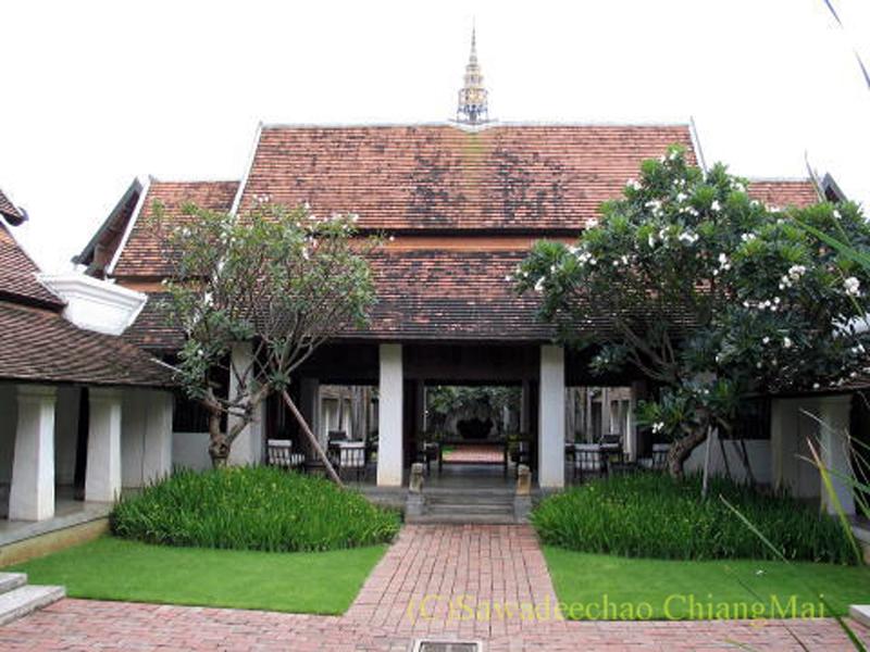 チェンマイの高級ホテル、ラチャマンカの中庭の建物