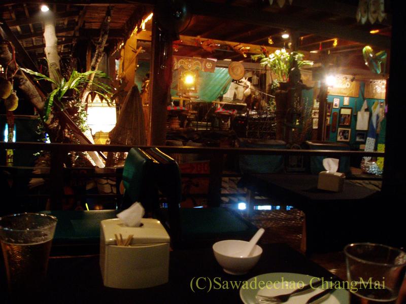 チェンマイのレストラン、フアンスンタリーウェチャーノンの2階席から見たステージ