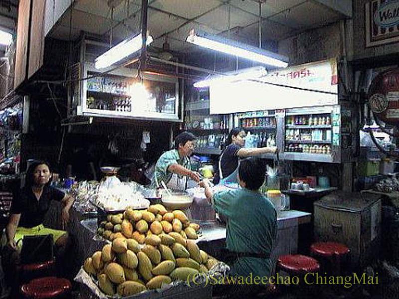 チェンマイの市場の中にあるルアムミット屋概観