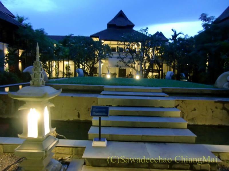 チェンマイの高級ブティックホテル、ボディセリーンの夕方の中庭