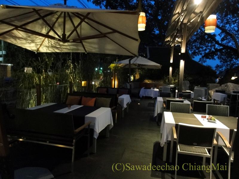 チェンマイのフュージョン料理レストラン、Deck1の屋外席