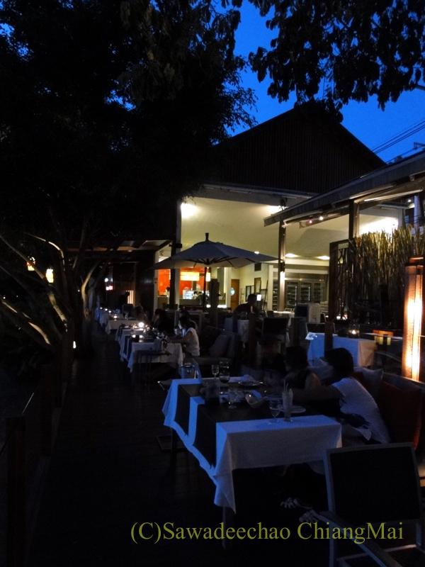 チェンマイのフュージョン料理レストラン、Deck1の川沿いの席