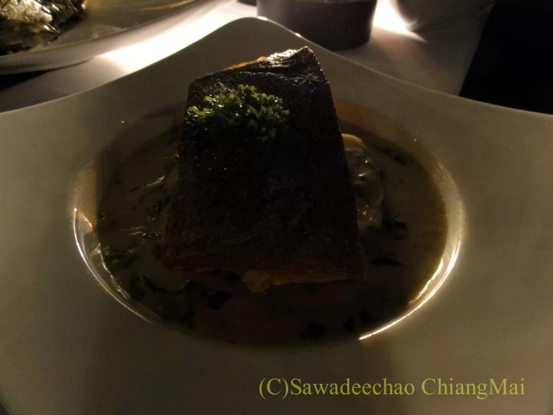 チェンマイのフュージョン料理レストラン、Deck1のサーモンのグリルワカメソース