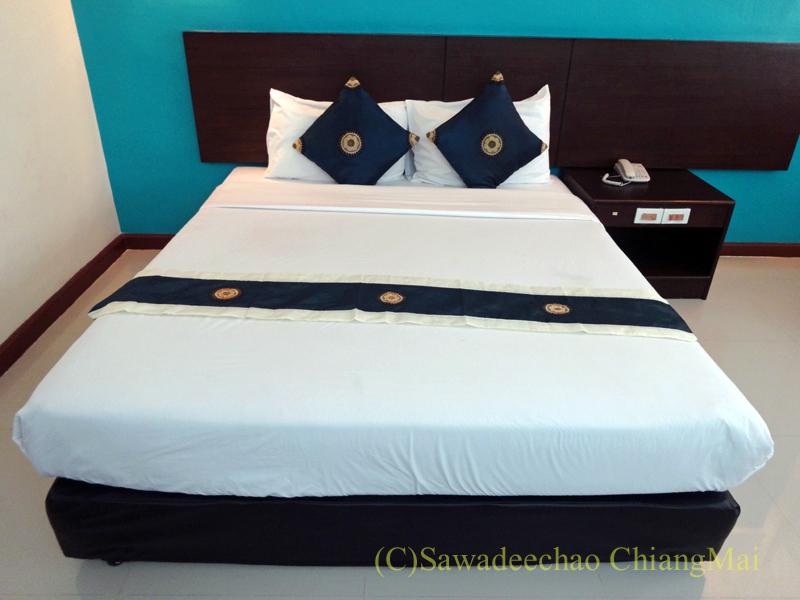 タイのチェンラーイにある中級ホテル、ナークナカラホテルのベッド