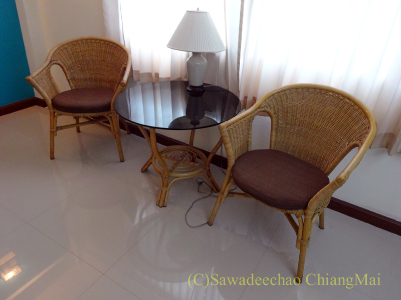 タイのチェンラーイにある中級ホテル、ナークナカラホテルの椅子とテーブル
