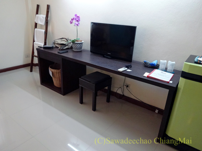タイのチェンラーイにある中級ホテル、ナークナカラホテルのデスク