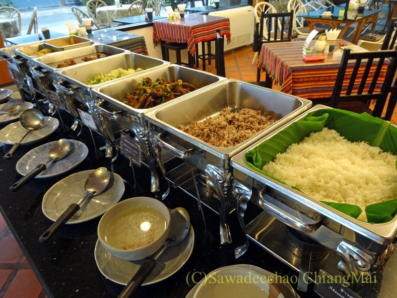 タイのチェンラーイにある中級ホテル、ナークナカラホテルの朝食のタイ料理