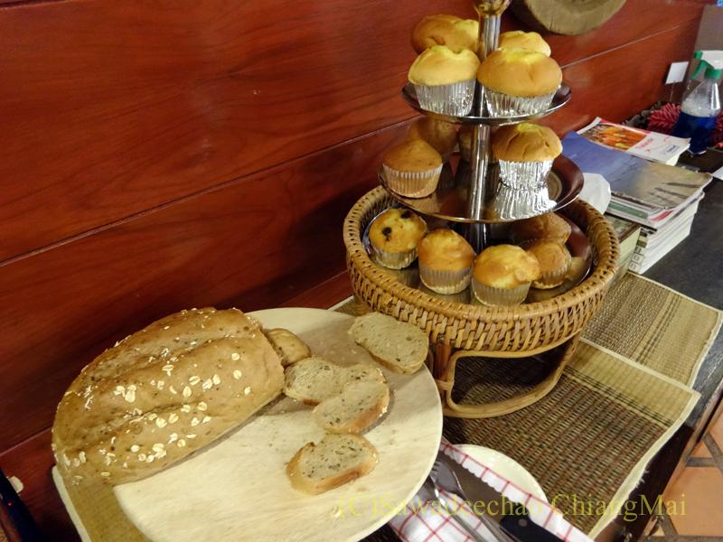 タイのチェンラーイにある中級ホテル、ナークナカラホテルの朝食のパンとマフィン