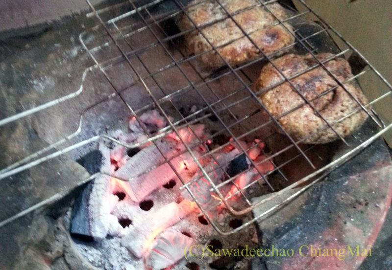 タイヤイ(シャン族)のゴマ入りの餅カーオクックガー
