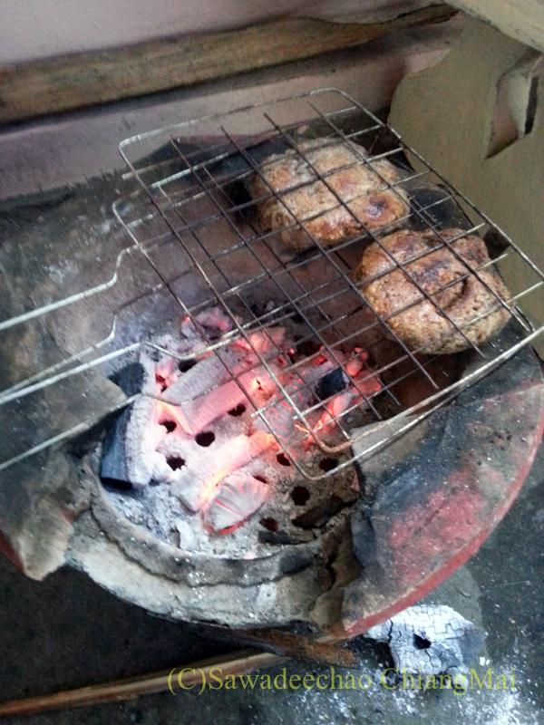 タイヤイ(シャン族)のゴマ入りの餅を焼いている様子