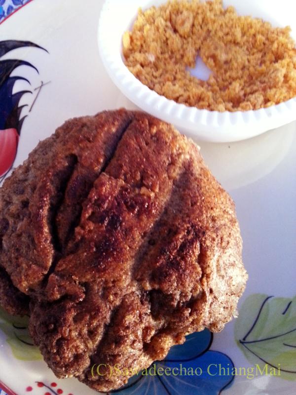 焼きあがったタイヤイ(シャン族)のゴマ入りの餅