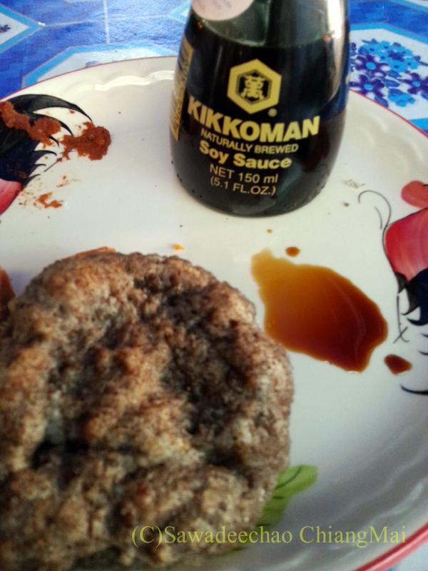 タイヤイ(シャン族)のゴマ入りの餅に日本の醤油をつけて食べる