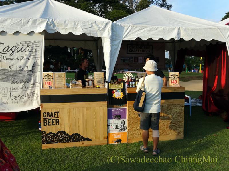 チェンマイのタイランドインターナショナルバルーンフェスティバルのビール売り