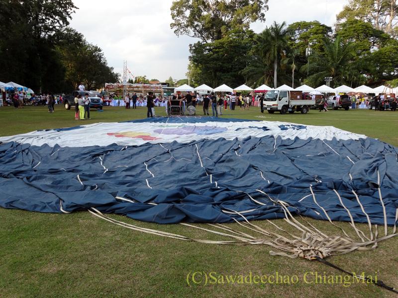 チェンマイのタイランドインターナショナルバルーンフェスティバルの膨らむ前の熱気球