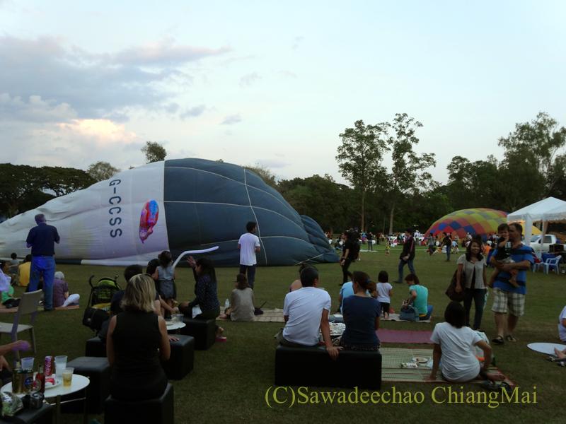 チェンマイのタイランドインターナショナルバルーンフェスティバルの膨らみ始めた熱気球