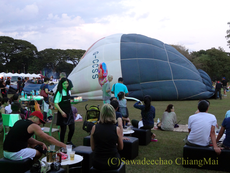 チェンマイのタイランドインターナショナルバルーンフェスティバルの半分膨らんだ熱気球