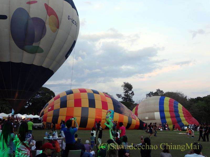 チェンマイのタイランドインターナショナルバルーンフェスティバルの続々と膨らむ熱気球