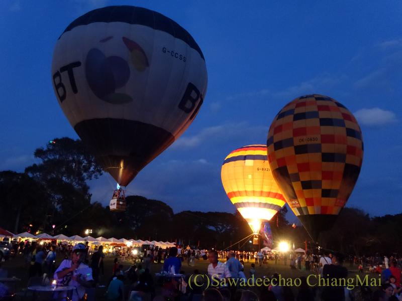 チェンマイのタイランドインターナショナルバルーンフェスティバルの膨らんだ熱気球