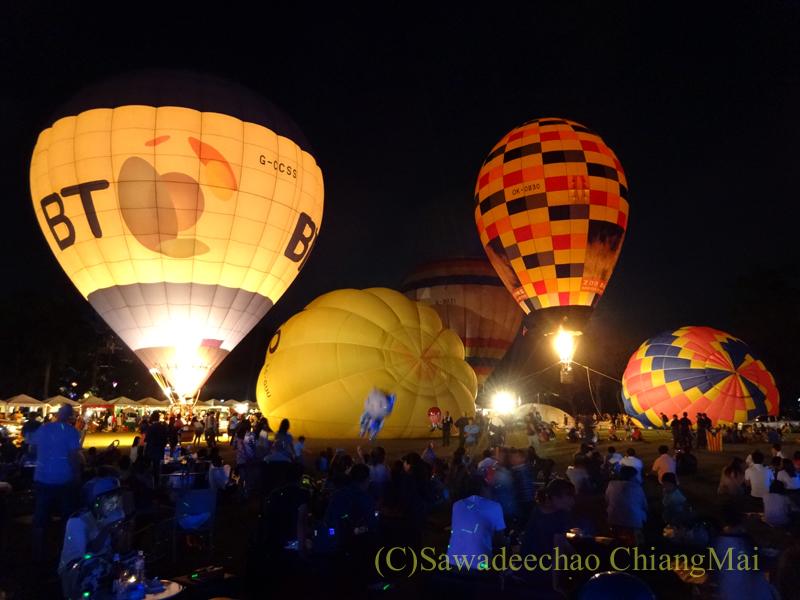 チェンマイのタイランドインターナショナルバルーンフェスティバルのさらに膨らむ熱気球