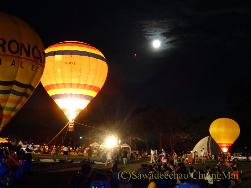 チェンマイのタイランドインターナショナルバルーンフェスティバルの熱気球と月