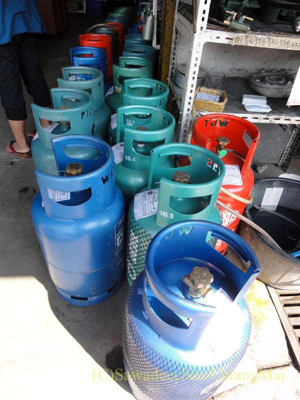 チェンマイ市内にあるガス用品店のボンベ