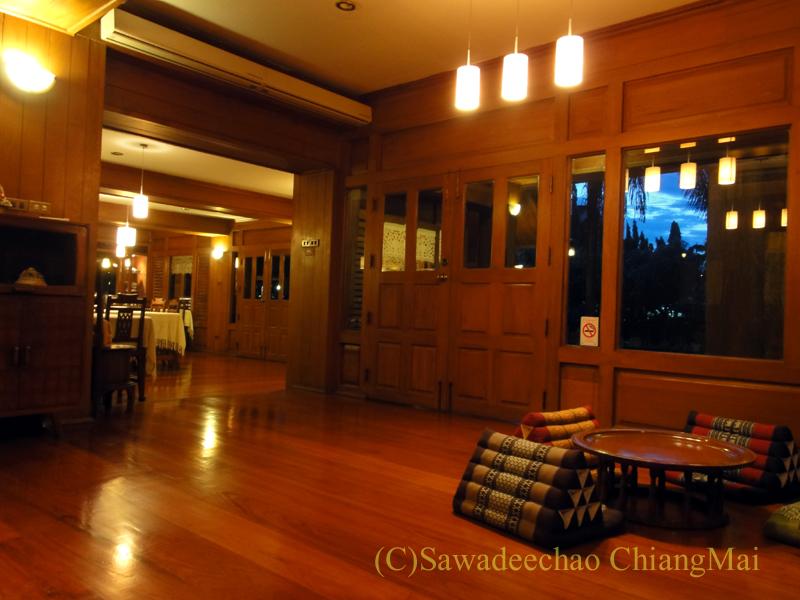 チェンマイの高級北タイ料理レストラン、ルアンカムインの座敷席