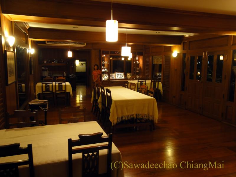 チェンマイの高級北タイ料理レストラン、ルアンカムインのテーブル席