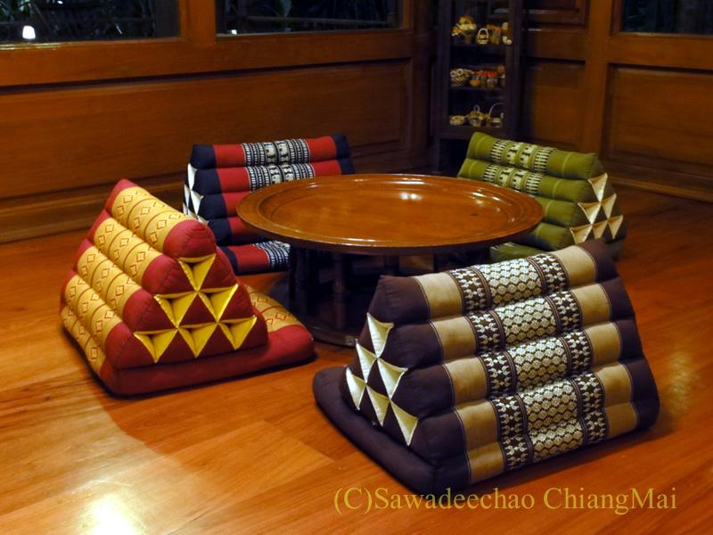 チェンマイの高級北タイ料理レストラン、ルアンカムインのカントーク席
