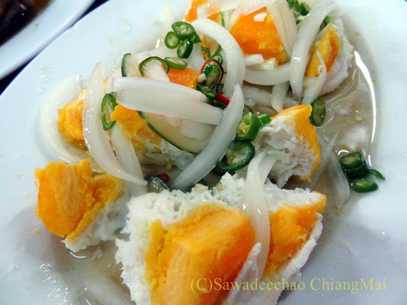 チェンマイ市内中心部にあるお粥の店デーン2のヤムカイケム