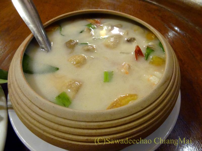 チェンマイの高級北タイ料理レストラン、ルアンカムインのトムカーガイ