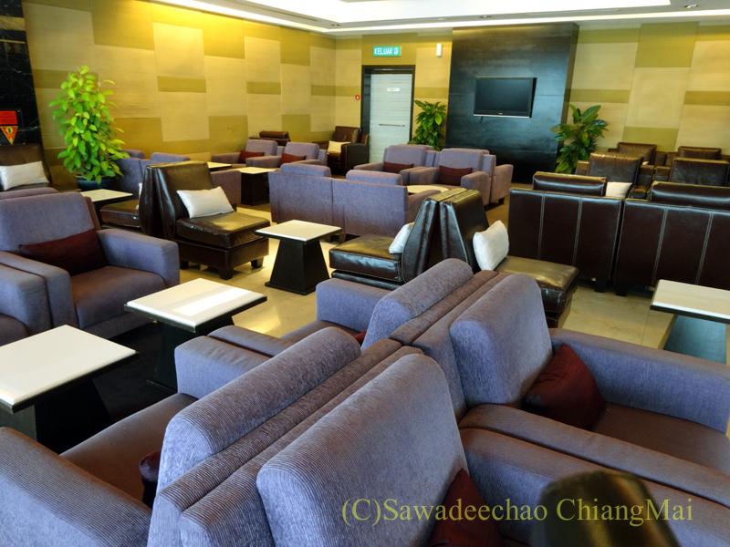 クアラルンプール空港のタイ航空ラウンジのソファ席