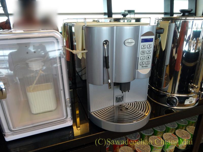 クアラルンプール空港のタイ航空ラウンジのコーヒーマシン