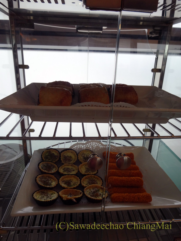 クアラルンプール空港のタイ航空ラウンジのパイとタルト