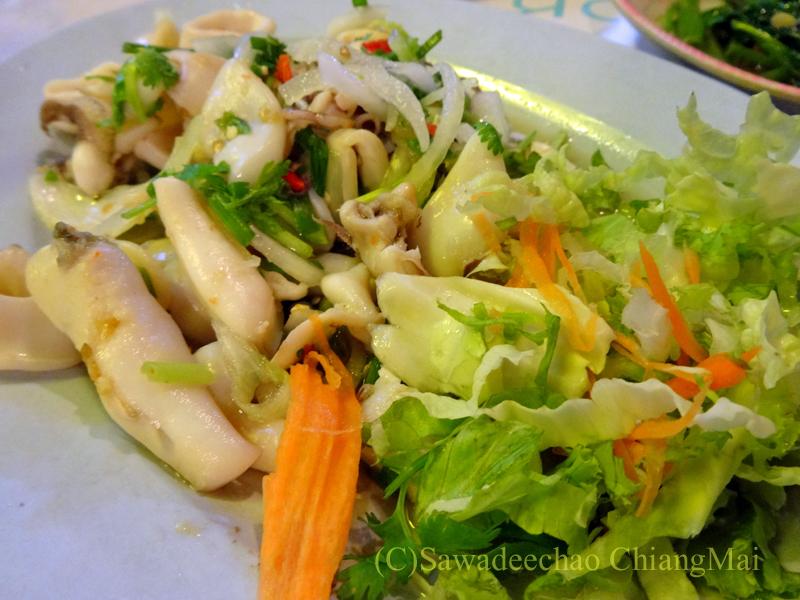 タイのピサヌロークにある食堂カーオトムルンチュワイのヤムプラームック