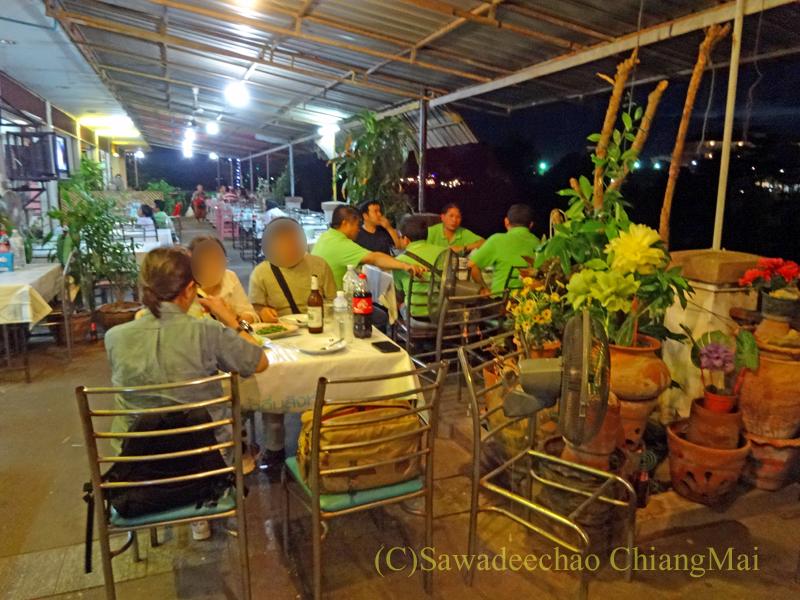 タイのピサヌロークにある食堂カーオトムルンチュワイの店内