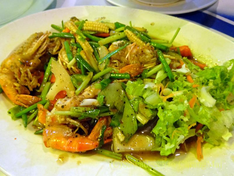 タイのピサヌロークにある食堂カーオトムルンチュワイのパットパッククンプリックタイダム