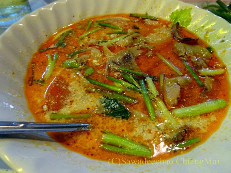 タイのピサヌロークにある食堂カーオトムルンチュワイのトムヤムプラー