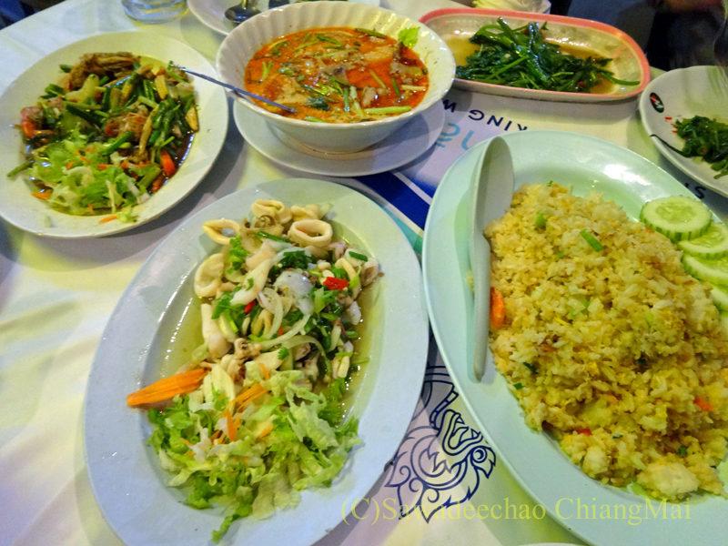 タイのピサヌロークにある食堂カーオトムルンチュワイの夕食全景