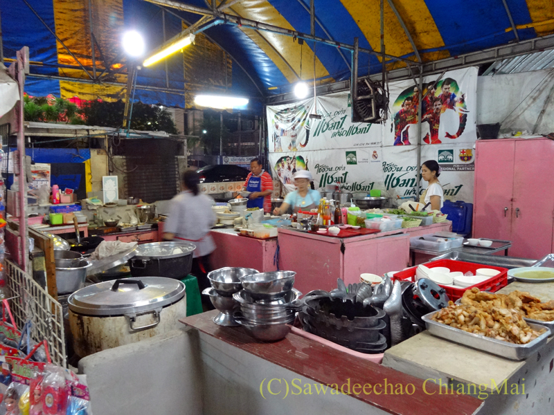 タイのピサヌロークにある食堂カーオトムルンチュワイのキッチン