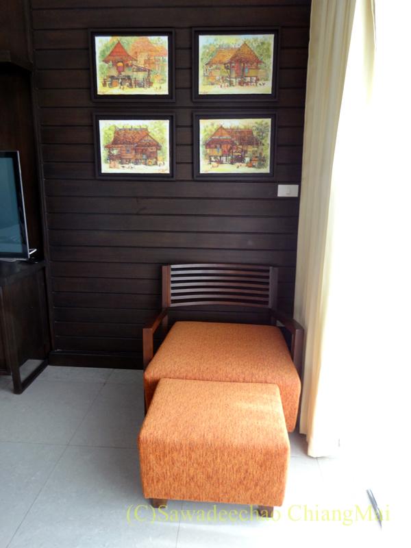 タイ北部の街、プレーのフアンナナブティックホテルのオットマンチェア