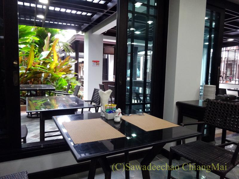 タイ北部の街、プレーのフアンナナブティックホテルのレストラン